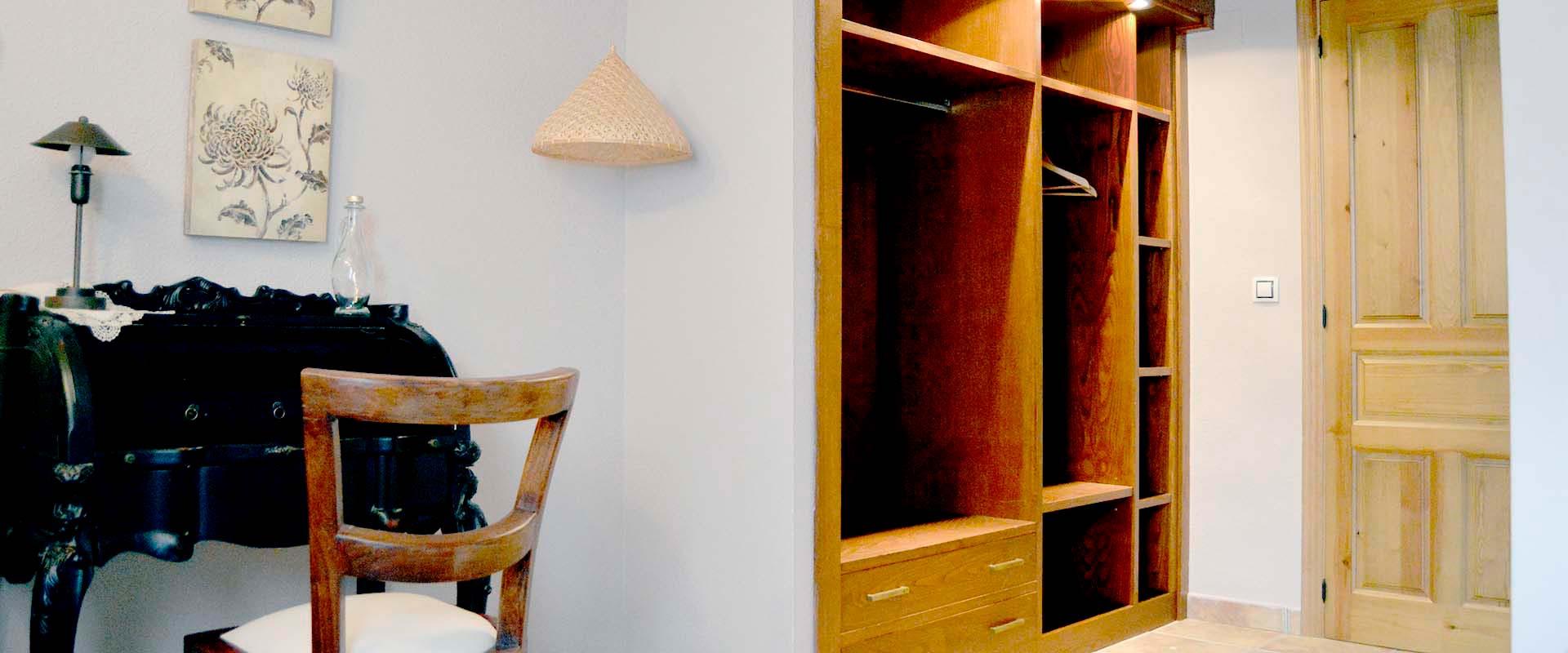Entrada con cómodo vestidor en habitación doble tomillo en casa rural en La Rioja