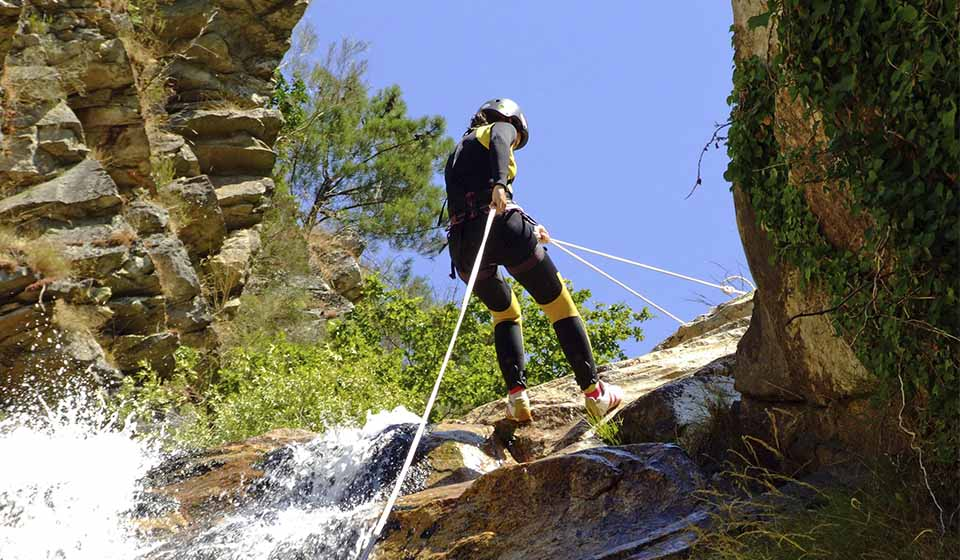 Person abseiling, among other active tourism activities, between Burgos and La Rioja