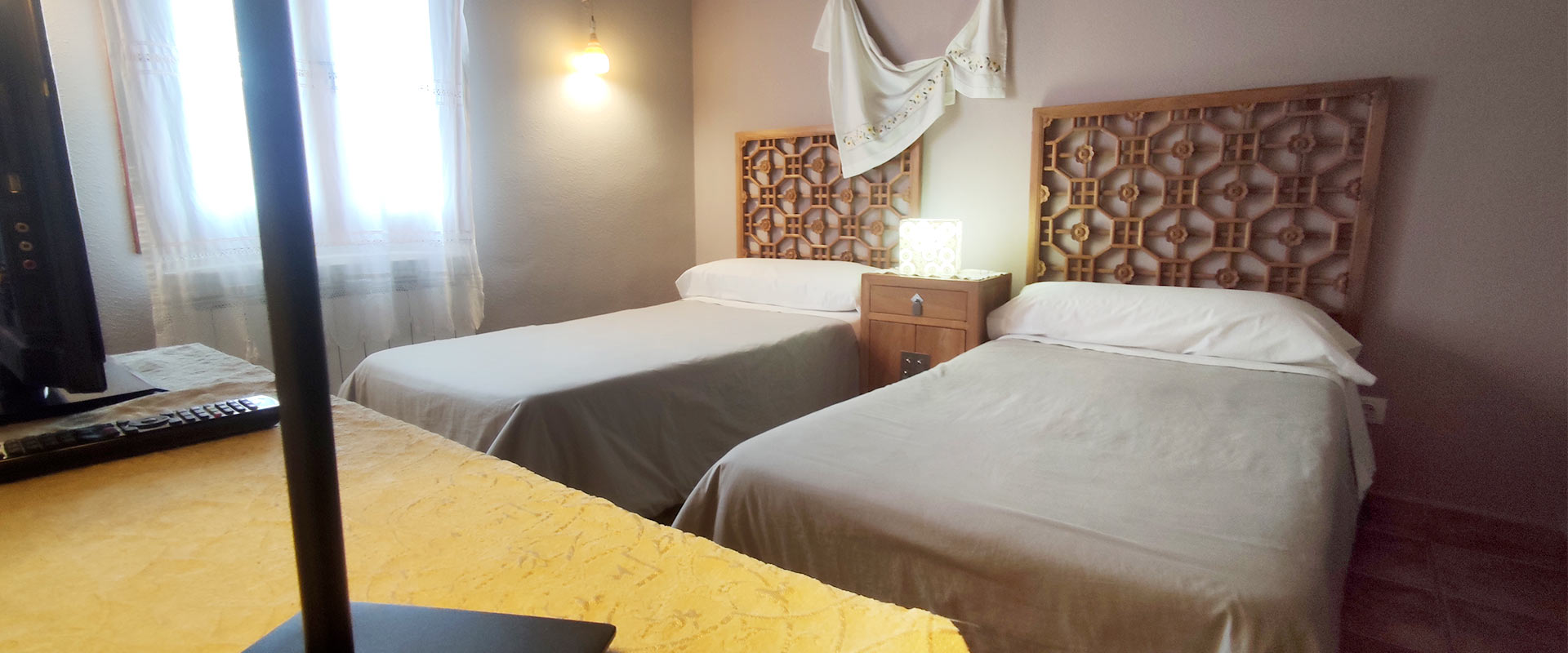 slider-habitacion-albahaca-dos-camas-individuales-cabecero-madera-casa-rural-t